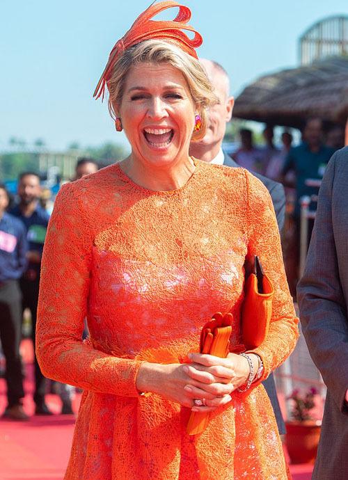 Hoàng hậu Maxima và chồng, Quốc vương Willem-Alexander của Hà Lan, hiện có chuyến thăm chính thức kéo dài 5 ngày tới Ấn Độ. Trong ngày cuối cùng (18/10), cặp vợ chồng hoàng gia lên một chiếc thuyền và đi một vòng trên sông.