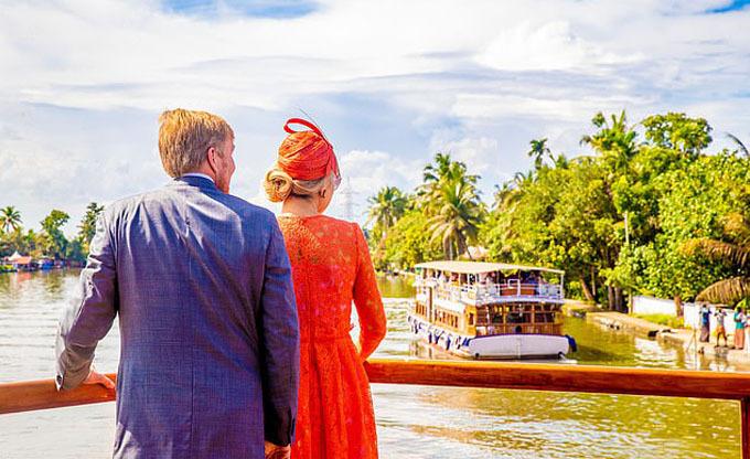 Quốc vương Willem cùng vợ tranh thủ ngắm cảnh khi đi thuyền trên dòng sông nước xoáy ở thành phố Alleppey, bang Kerala.