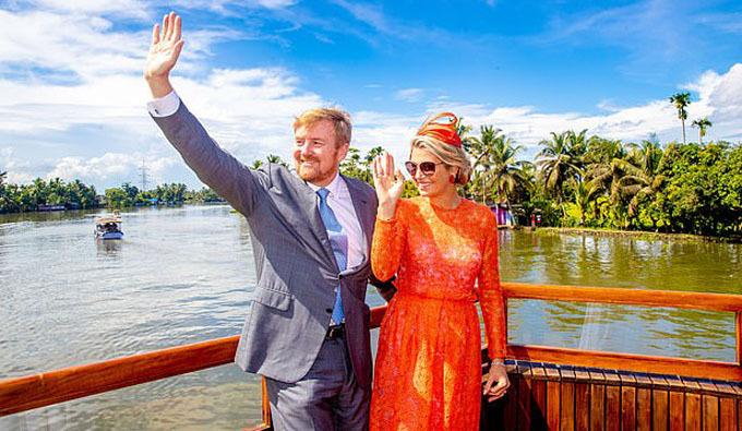 Quốc vương và vợ vẫy tay chào đám đông đứng trên bờ khi chiếc thuyền chở họ đi một vòng trên sông. Cặp vợ chồng kết hôn năm 2002, đã sinh được ba công chúa xinh đẹp.
