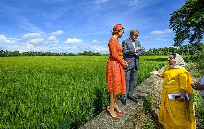 Sau khi xuống thuyền, cặp vợ chồng hoàng gia ghé thăm một cánh đồng lúa và trò chuyên vui vẻ cùng người dân.