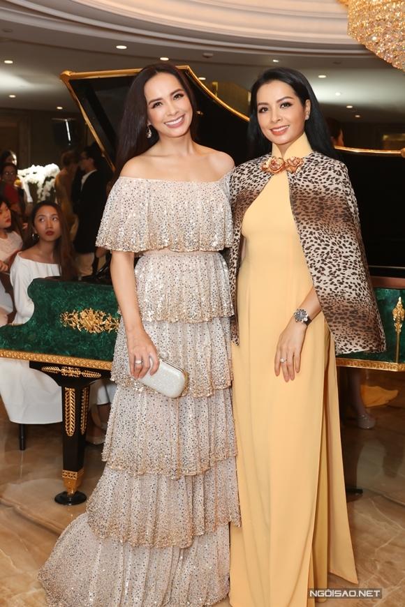 Siêu mẫu Thúy Hằng (phải) bay vào TP HCM dự sự kiện cùng em gái sinh đôi - siêu mẫu Thúy Hạnh.