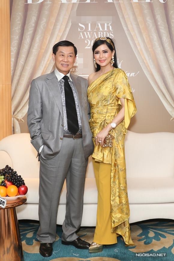 Bố mẹ chồng của diễn viên Tăng Thanh Hà - doanh nhân Jonathan Hạnh Nguyễn và cựu diễn viên Thủy Tiên sánh đôi đi tiệc.
