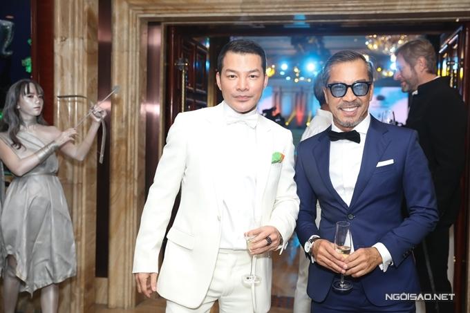 Diễn viên - nhà sản xuất phim Trần Bảo Sơn (trái) trò chuyện thân thiết với NTK Thuận Nguyễn.