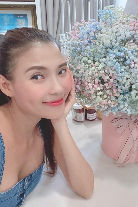 Á hậu Thanh Tú bật mí đây là lần đầu tiên doanh nhân Thành Phương tự tay học cắm hoa. Chênh nhau 17 tuổi nhưng cặp đôi luôn dành cho nhau những điều bất ngờ, ngọt ngào. Vợ chồng người đẹp vừa đón con trai đầu lòng hồi tháng 6/2019.
