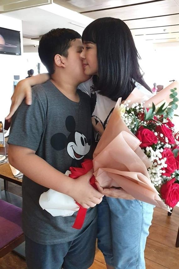 Diễn viên Việt Trinh thấy mình hạnh phúc ngất ngây khi nhận quà từ con trai.
