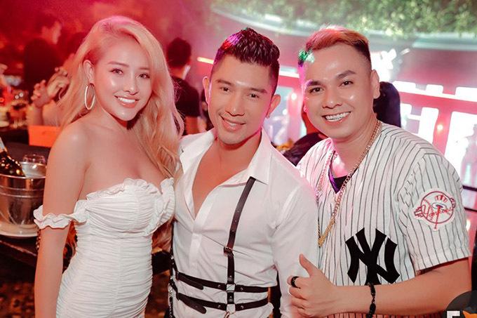 [Caption Phúc Nelly tên thật là Trương Hoài Phúc. Anh là một cái tên đã quá nổi tiếng trong làn DJ và sản xuất âm nhạc Vinahouse. Nhắc tới anh, người yêu thích âm nhạc nghĩ đến ngay dòng nhạc Việt Mix. Bởi anh là 1 trong những DJ hàng đầu của dòng nhạc này. Âm nhạc của anh không chỉ gây ảnh hưởng ở thị trường Việt mà đến cả giới DJ trên thế giới.