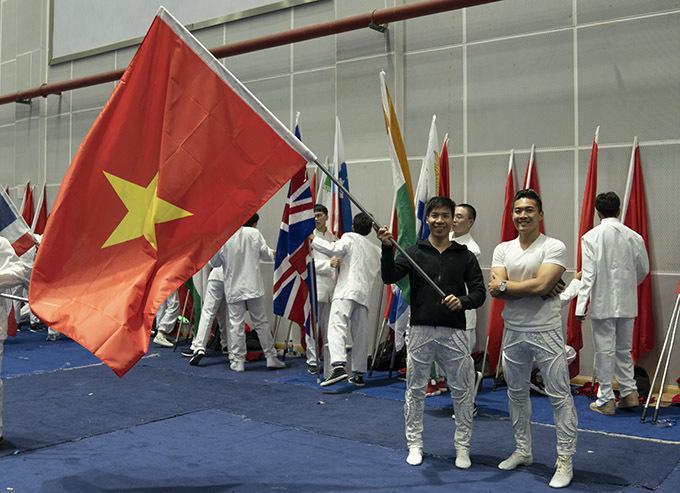 Hai hoàng tử xiếc mang theo cờ Tổ quốc.