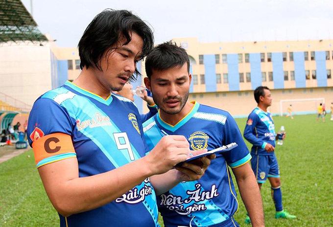 Anh bàn bạc kỹ lưỡng sơ đồ chiến thuật với đồng đội trước khi trận đấu bắt đầu.