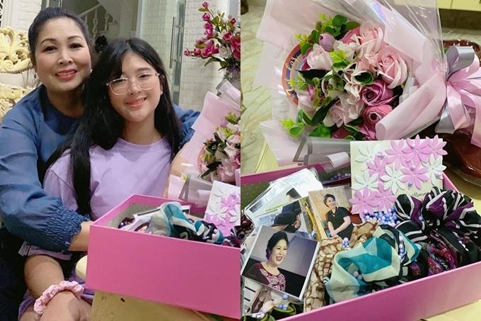 Hoa và quà do con gái út - bé Bí Ngô tặng khiến nghệ sĩ Hồng Vân xúc động. Cô bé tự tay gói hoa, làm thiệp, làm nơ cột tóc gửi đến mẹ nhân ngày Phụ nữ Việt Nam.