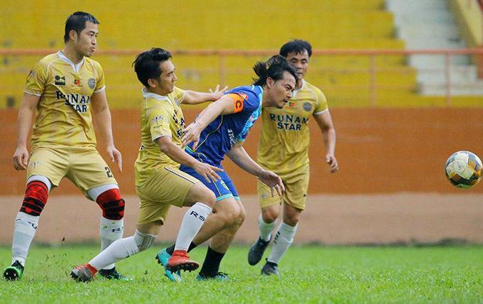 Quách Ngọc Ngoan trong vòng vây các cầu thủ đội bạn ở trận đấu giao hữu diễn ra hôm 18/10.
