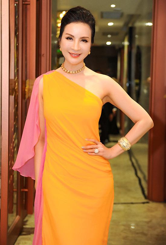 MC Thanh Mai gợi cảm với váy lệch vai.