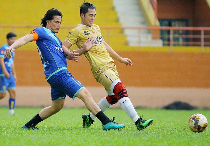 Anh tranh chấp quyết liệt với diễn viên Trần Quý - thành viên đội bóng Runam Star.