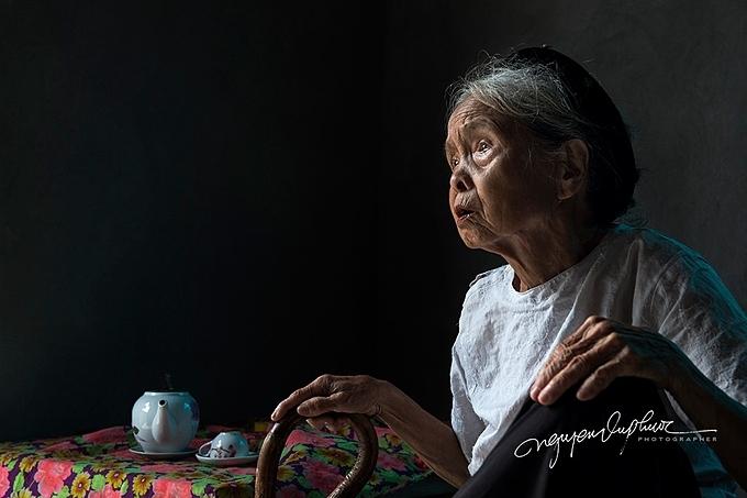 Hình ảnh người mẹ già luôn ngóng trông những người thân, chồng, con đi xa trở về, đặc biệt là những ngày gần dịp lễ, Tết đã trở nên rất đỗi quen thuộc trong mỗi gia đình. Càng nhiềutuổi, nỗi khát khao về sựsum họp với người phụ nữ càng lớn lao hơn.