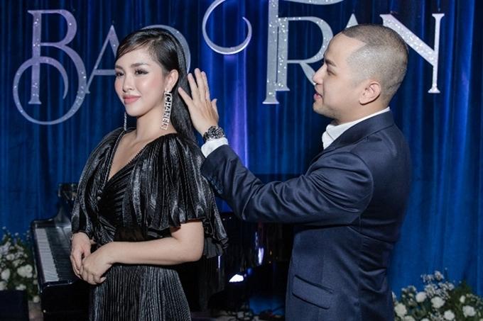 Thế Bảo chăm sóc cho Trang Pilla tại sự kiện. Anh ngưỡng mộ bà xã vừa giỏi kinh doanh, vừa quán xuyến việc nhà và chăm sóc hai con.