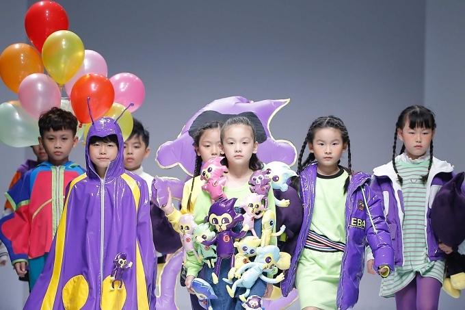 Trước đó, khi thấy mẫu nhí Việt tổng duyệt cho một show khác, phía thương hiệu lập tức liên hệ với siêu mẫu Xuân Lan mời các em trình diễn. Cựu siêu mẫubày tỏ: Việc các con được chọn diễn tiếpkhiến tôi sung sướng nhưng không quá bất ngờ. Từ những ngày đầu từ Vietnam Junior Fashion Week đến Shanghai Fashion Week, tôi hiểu bản lĩnh, khả năng của các con hoàn toàn có thể chinh phục khán giả quốc tế và tiến xa hơn thế.