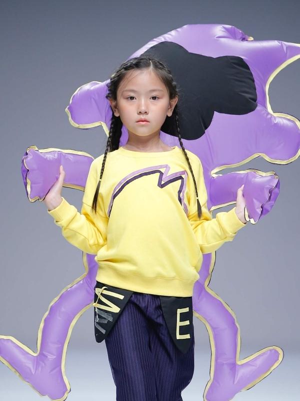 Bé Bảo Quyênkhoác lên mình những bộ trang phục mang phong cách đường phố, màu sắc nổi bật khi trình diễn cho một thương hiệu của Trung Quốc.