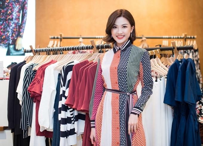 Lương Thanh thích thú khi mặc thử chiếc dress shirt họa tiết chấm bi. Kể từ khi gây sốt với vai Trà trong phim Bông hồng trên ngực trái, cô trở thành gương mặt được săn đón tạinhiều sự kiện.