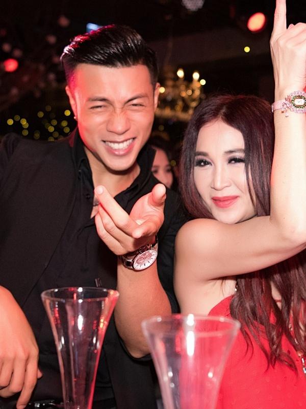 Trương Ngọc Ánh mặc hở ngực đi tiệc cùng Ôn Bích Hà - 5