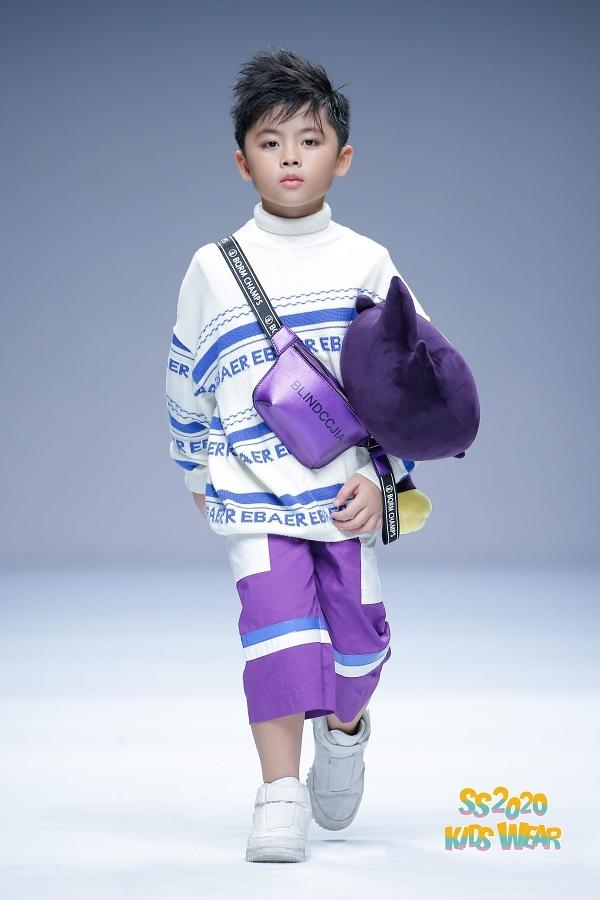 Hoàng Phong là một trong tám học trò của cựu siêu mẫu của Xuân Lan sang Thượng Hải trình diễn.