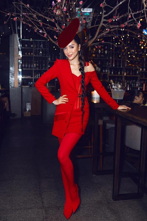 Siêu mẫu Khả Trang đầu tư ngoại hình khi đi tiệc. Sau thời gian nghĩ dưỡng vì tai nạn, cô dẩn trở lại công việc nghệ thuật.