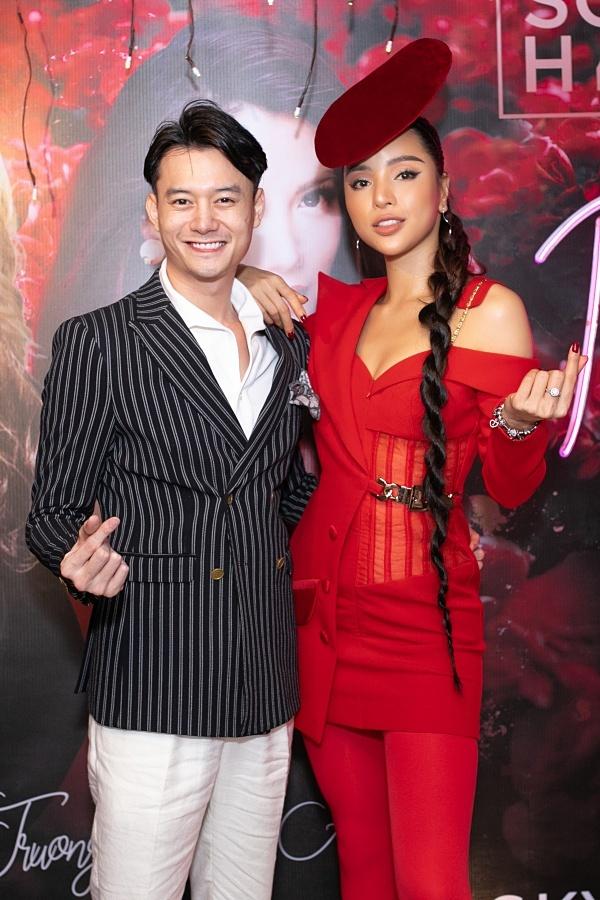 Khả Trang bên cạnh diễn viên Anh Dũng.