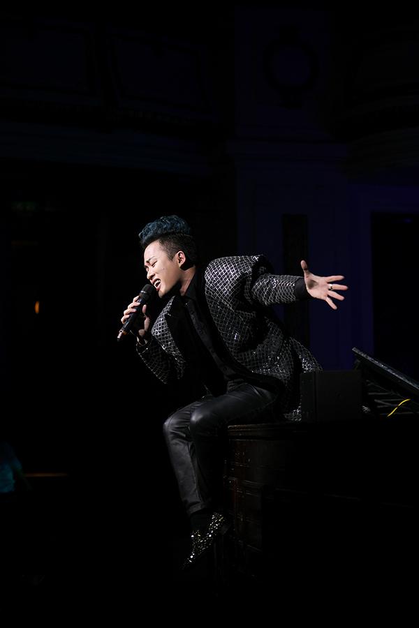 Ở phần đơn ca, nam ca sĩ biểu diễn Con cò, Người đàn bà hoá đá, Mang thai, Trời và đất.