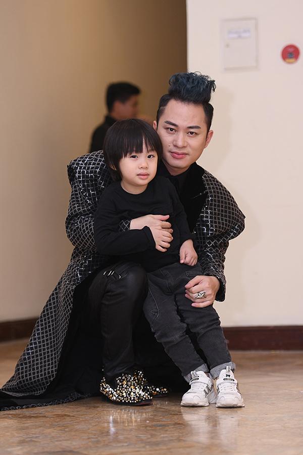 Bé Voi là trái ngọt đầu tiên trong cuộc hôn nhân của Tùng Dương và bà xã Giang Phạm. Cậu bé năm nay 4 tuổi, được nhiều người nhận xét đẹp trai hơn bố và Tùng Dương rất tự hào về điều này.
