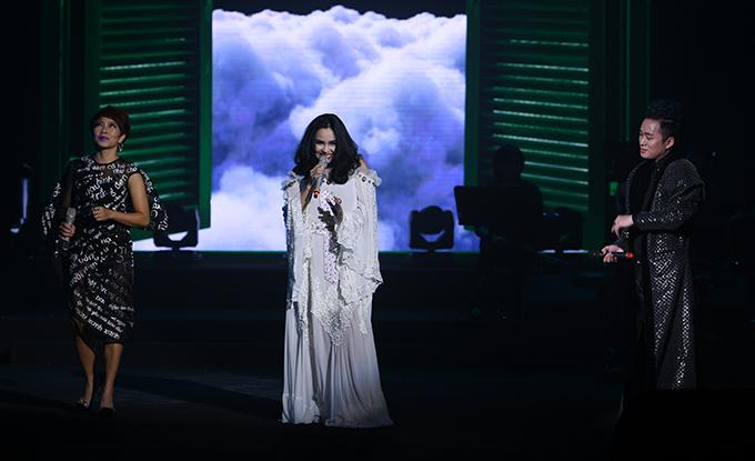 Trong đêm nhạc tối qua, Tùng Dương hội ngộ 2 người chị thân thiết là Thanh Lam và Hà Trần với màn tam ca liên khúc Mẹ tôi - Chị tôi - Em tôi - Ngôi sao cô đơn.