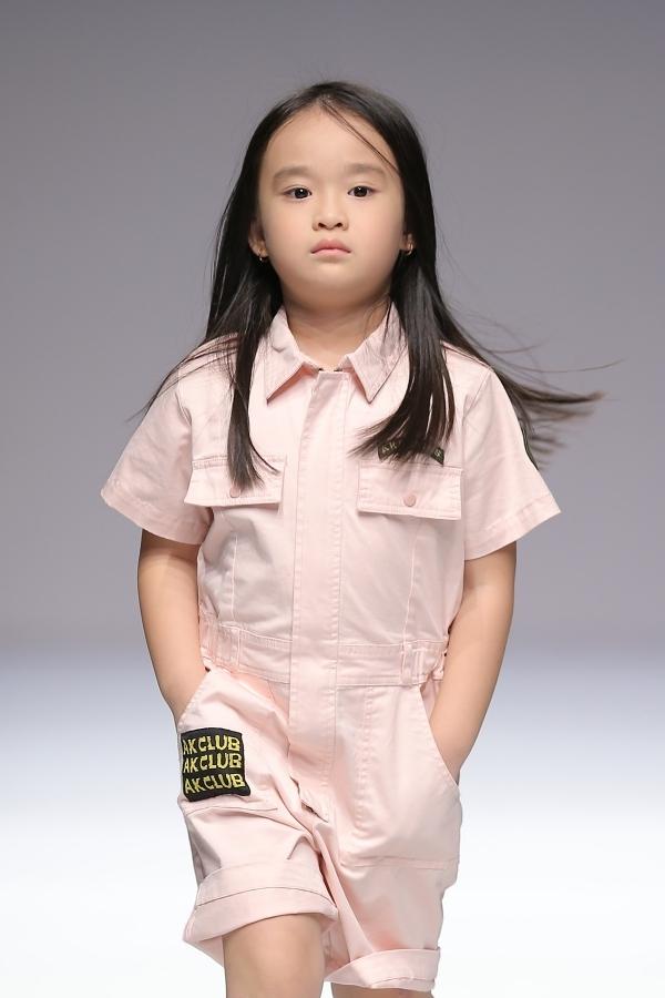 8 học trò của Xuân Lan sải bước trên sàn runway của một thương hiệu thời trang khác vào ngày 16/10. Trong ảnh là mẫu nhí Ngân Khánh.