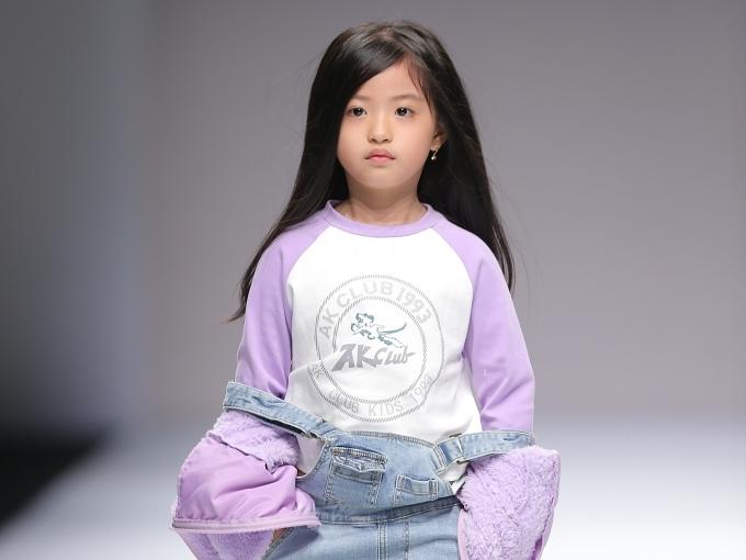 Cô bé Nguyễn Suri cuốn hút trên sàn diễn.
