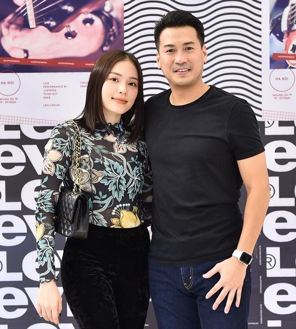 Cặp đôi trở thành tâm điểm chú ý khi bất ngờ xuất hiện trong sự kiện tối 19/10 tại Hà Nội.