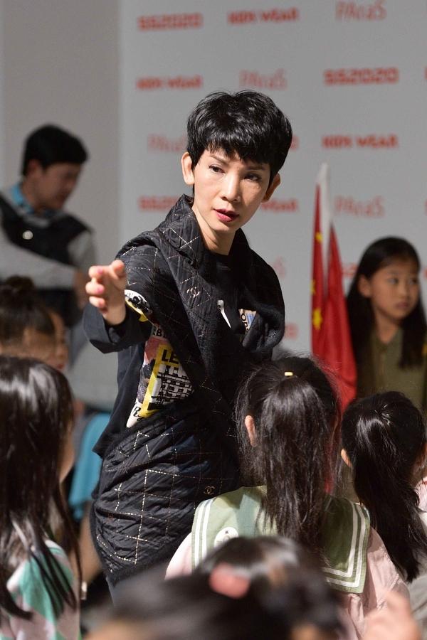 Xuân Lan tất bậthướng dẫn các bé trong hậu trường.Tuần lễ thời trang Thượng Hảiđược tổ chức thường niêntừ năm 2001, thu hút được sự quan tâm đông đảo của truyền thông và giới mộ điệu. Năm nay, sự kiện diễn ra từ ngày 13-20/10.