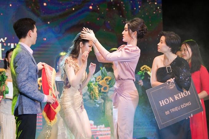 Á hậu Huyền My trao vương miện cho Hoa khôi sinh viên.