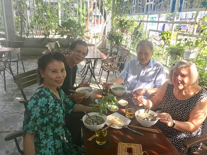 Bố mẹ Hà Hồ ăn sáng cùng bố mẹ Kim Lý.