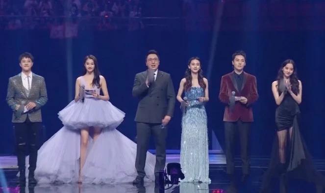 Angelababy (thứ ba từ phảisang) dẫn chương trình cùng Quan Hiểu Đồng (thứ hai từ trái sang), Âu Dương Na Na (ngoài cùng bên phải) và 3 MC nam.