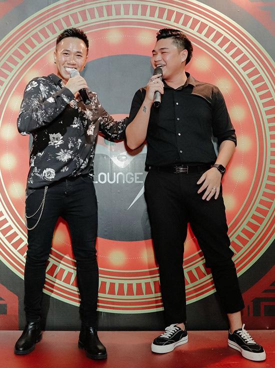 Diễn viên hài Anh Đức (trái) và Duy Phước khuấy động buổi tiệc với tài pha trò hài hước.