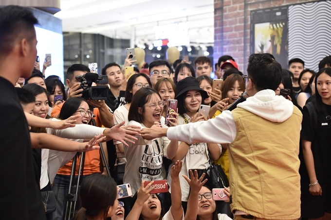 JustaTee đi về phía khán giả để giao lưu với người hâm mộ. Fan của anh có mặt từ sớm, liên tục hô tên thần tượng lúc nam ca sĩ lại gần.