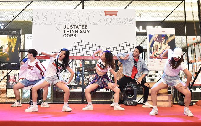 Nhóm nhảy Oops sôi động trên sấu khấu chương trình.