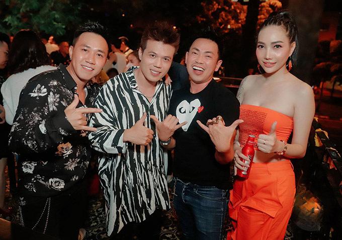 Buổi tiệc sinh nhật còn có nghệ sĩ Hoài Tâm (thứ ba từ trái qua) và khoảng 200 nguời bạn của Phúc Nelly tham dự.