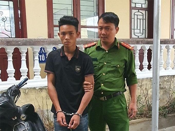Nghi can Giang (áo đen) bị cảnh sát dẫn giải về trụ sở. Ảnh: C.A