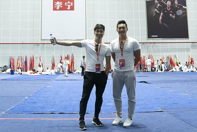 Hai anh em vui vì có chuyến công tác thành công, được bạn bè quốc tế khen ngợi và góp phần quảng bá xiếc Việt Nam.