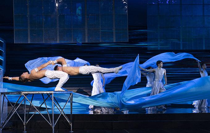 [Caption  4. Dưới sự đánh giá của đạo diễn Lin Zhenyu và Ban tổ chức, sự đặc sắc của tiết mục sức mạnh đôi tay và tài năng của QCQN đã vượt hẳn các nghệ sĩ Xiếc Trung Quốc hiện nay, vì vậy vị đạo diễn này đã quyết định mời Cơ Nghiệp tham gia biểu diễn mở màn chương trình quan trọng này