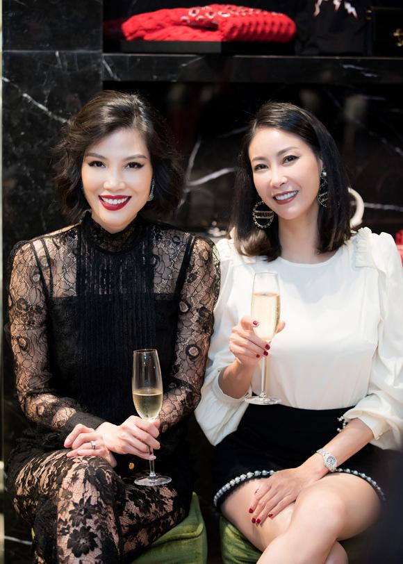 Vũ Cẩm Nhung (trái) và Hà Kiều Anh vào nghề cùng thời, đã chơi thân với nhau khoảng 26 năm. Hôm 14/10, Hoa hậu Việt Nam 1992 cũng tới ủng hộ buổi ra mắt tự truyện Bao giờ là đúng lúc của cựu người mẫu.