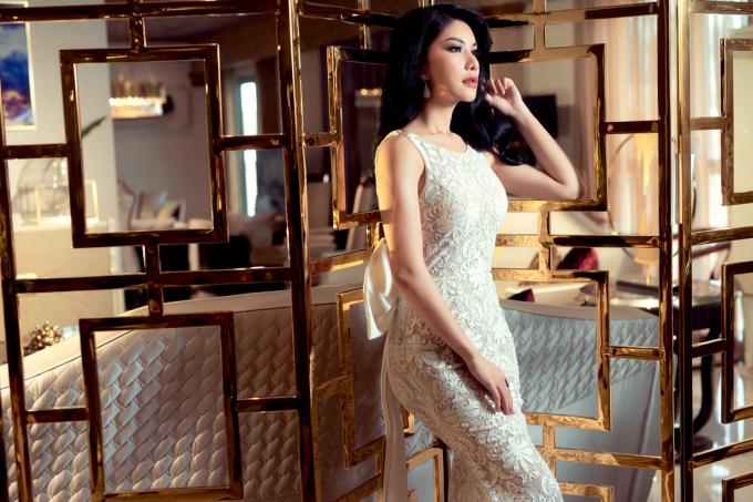 Thay vì diện áo dài hay những bộ cánh khỏe vẻ dịu dàng, người đẹp chọn váy dạ hội đuôi cá, tôn lên đường cong quyến rũ và thể hiện được nét đẹp của người phụ nữ hiện đại, thành đạt.
