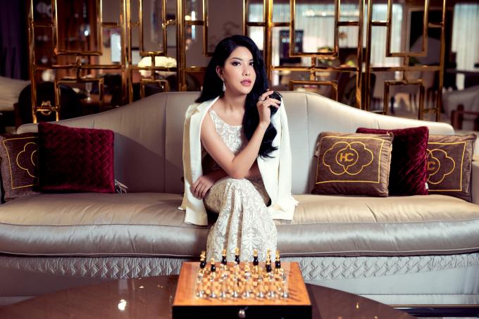 Hoa hậu Loan Vương tiết lộ cô lựa chọn những mẫu trang phục khác hoàn toàn với phong cách thường ngày để phù hợp với nội thất mang phong cảnh châu Âu sang chảnh tại An Dương Home.