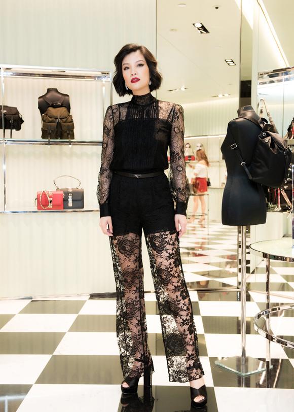 Vũ Cẩm Nhung sinh ngày 28/10/1976, từng là người mẫu thuộc thế hệ đầu tiên tại Việt Nam. Hơn 10 năm nay, cô rút lui khỏi làng giải trí để tập trung kinh doanh dược mỹ phẩm.