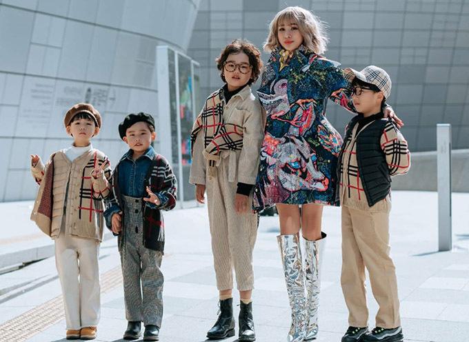 Cô chụp ảnh cùng dàn fashionista nhí người Hàn Quốc.