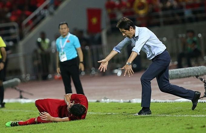 HLV Nishino quát Bùi Tiến Dũng trong trận đấu ngày 5/9. Ảnh: Lâm Thỏa