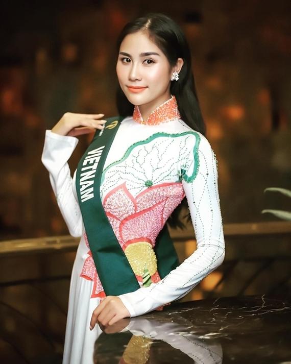 Cô diện áo dài hoa sen ở phần thi ứng xử. Tuy nhiên, vốn tiếng Anh là bất lợi lớn của Hoàng Hạnh.
