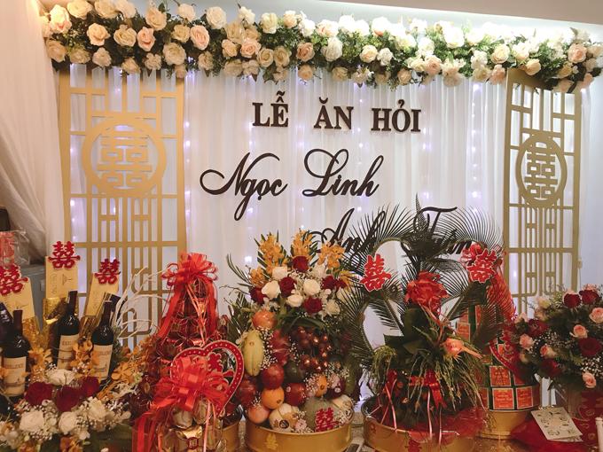 Không gian làm lễ mang đậm phong cách cưới hỏi của Hà Nội xưa, có 2 bức vách màu vàng đồng với chữ hỷ truyền thống, chứa đựng sự tinh tế, phù hợp sở thích, tính cách của cô dâu Ngọc Linh.